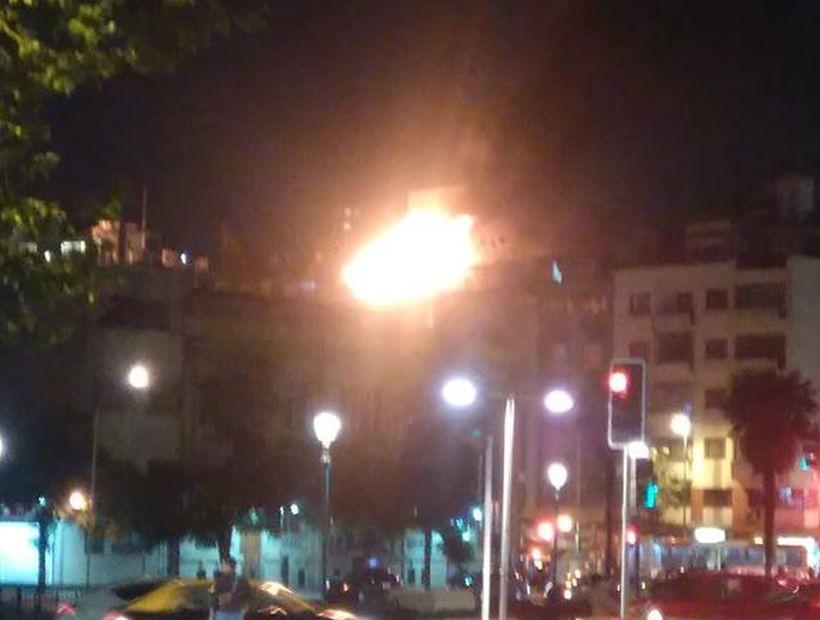 Incendio afectó a un departamento en edificio de Santiago Centro