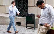 Nueve de cada diez chilenos revisan su celular apenas despiertan