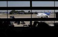 Chileno deportado desde Alemania robó un celular en el avión que lo trajo de regreso
