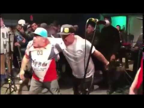 Deportes: Maradona besó en la boca a un cantante de cumbia en pleno escenario